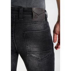 Redskins OTIS SHESTER  Jeans Skinny Fit heavy black destroy. Czarne rurki męskie Redskins. W wyprzedaży za 179,40 zł.