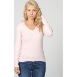 Sweter w kolorze jasnoróżowym. Czerwone swetry klasyczne damskie marki William de Faye, z kaszmiru. W wyprzedaży za 90,95 zł.