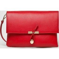 Answear - Torebka skórzana. Czerwone torebki klasyczne damskie ANSWEAR, w paski, z materiału, średnie. W wyprzedaży za 139,90 zł.