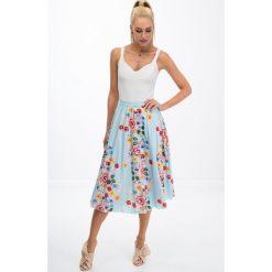 Jasnoniebieska spódnica w kwiaty 8261. Białe spódniczki marki Fasardi, l. Za 49,00 zł.