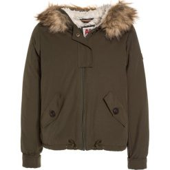 American Outfitters Kurtka zimowa dark olive. Zielone kurtki chłopięce zimowe marki American Outfitters, z bawełny. W wyprzedaży za 441,75 zł.