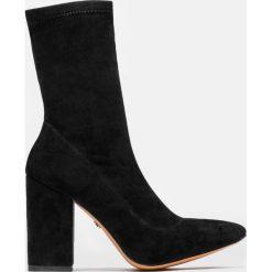 Czarne kozaki damskie. Czarne buty zimowe damskie marki Kazar, z nubiku, przed kolano, na wysokim obcasie. Za 499,00 zł.