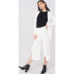 Rut&Circle Spodnie z rozcięciami Ofelia - White. Zielone spodnie z wysokim stanem marki Rut&Circle, z dzianiny, z okrągłym kołnierzem. Za 161,95 zł.