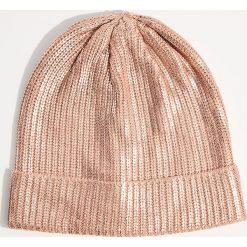 Czapka z metalicznym połyskiem - Różowy. Czerwone czapki zimowe damskie Mohito. Za 39,99 zł.