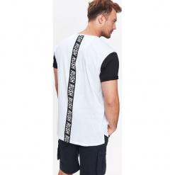 T-SHIRT MĘSKI Z KONTRASTOWYMI RĘKAWAMI. Szare t-shirty męskie marki Top Secret, na jesień, m, z kontrastowym kołnierzykiem. Za 19,99 zł.