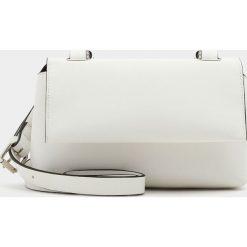 Torebki i plecaki damskie: Biała torebka na ramię w miejskim stylu