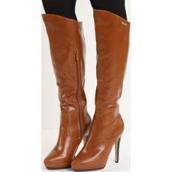Camelowe Kozaki Sugar Sugar. Czarne buty zimowe damskie marki Kazar, ze skóry, przed kolano, na wysokim obcasie, na obcasie. Za 74,99 zł.