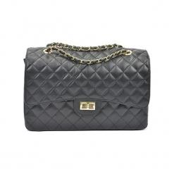 Skórzana torebka w kolorze ciemnoszarym - (S)33 x (W)22 x (G)12 cm. Szare torebki klasyczne damskie Akcesoria na sylwestrową noc, z materiału, pikowane. W wyprzedaży za 369,95 zł.