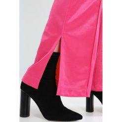 Boyfriendy damskie: Tiger of Sweden Jeans HUSTLE   Spodnie treningowe dark pink