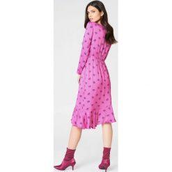 Sukienki: NA-KD Exclusive Sukienka z długim rękawem i falbaną – Pink,Multicolor