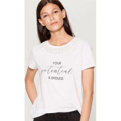 Koszulka z kwiatową aplikacją - Biały. Białe t-shirty damskie marki Mohito, l, z aplikacjami. W wyprzedaży za 39,99 zł.