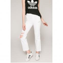 Wrangler - Jeansy Retro. Białe jeansy damskie z wysokim stanem Wrangler. W wyprzedaży za 199,90 zł.
