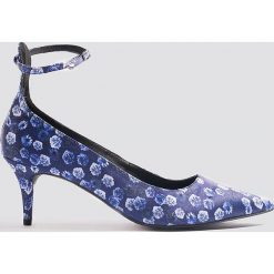 NA-KD Shoes Satynowe czółenka z paskiem - Blue. Niebieskie buty ślubne damskie NA-KD Shoes, w paski, z satyny, na obcasie. W wyprzedaży za 48,59 zł.