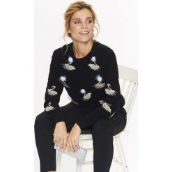 Swetry klasyczne damskie: SWETER DAMSKI Z HAFTEM ORAZ MODNYM DETALEM