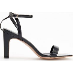 Sandały na wysokim obcasie - Czarny. Czerwone sandały damskie marki Casu, w ażurowe wzory, na obcasie. Za 119,99 zł.