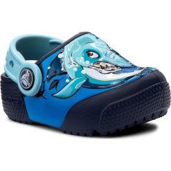Klapki CROCS - Funlab Lights 204133 Shark/Navy. Niebieskie klapki chłopięce marki Crocs, z tworzywa sztucznego. W wyprzedaży za 159,00 zł.