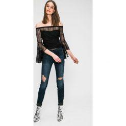 Guess Jeans - Jeansy Curve X. Niebieskie jeansy damskie marki Guess Jeans, z aplikacjami, z bawełny. W wyprzedaży za 359,90 zł.