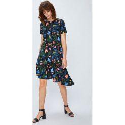 Medicine - Sukienka Secret Garden. Szare sukienki mini MEDICINE, na co dzień, m, z tkaniny, casualowe, z okrągłym kołnierzem, z krótkim rękawem. W wyprzedaży za 69,90 zł.