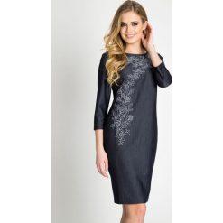 Sukienki hiszpanki: Granatowa sukienka w róże QUIOSQUE