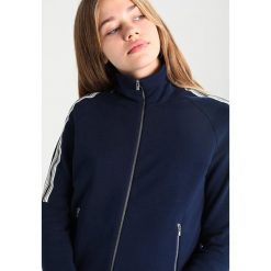 Lacoste ZIP UP TRACK TOP STRIPE ON SLEEVE Kurtka sportowa navy blue/vanilla plant. Czerwone kurtki sportowe damskie marki Selected Femme, z bawełny. W wyprzedaży za 443,40 zł.