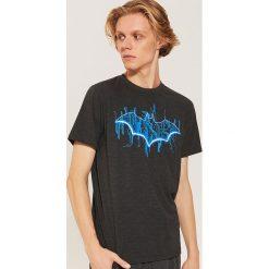Koszulka piżamowa Batman - Szary. Czarne piżamy męskie marki KIPSTA, z poliesteru, do piłki nożnej. Za 49,99 zł.