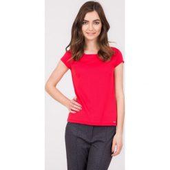 Malinowa bluzka z guzikami na plecach QUIOSQUE. Różowe bluzki z odkrytymi ramionami marki QUIOSQUE, uniwersalny, z dzianiny, z dekoltem na plecach, z krótkim rękawem. W wyprzedaży za 59,99 zł.