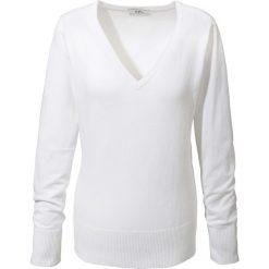 Sweter z dekoltem w serek bonprix biały. Białe swetry klasyczne damskie marki bonprix, z dzianiny, z dekoltem w serek. Za 59,99 zł.