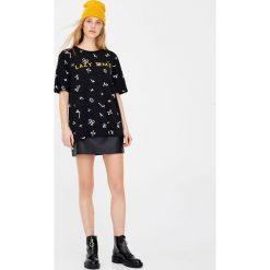 Koszulka z nadrukiem all over. Szare t-shirty męskie marki Pull & Bear, okrągłe. Za 49,90 zł.
