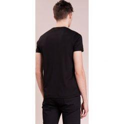 Emporio Armani LOGO FLOCK Tshirt z nadrukiem nero. Szare koszulki polo marki Emporio Armani, l, z bawełny, z kapturem. Za 369,00 zł.