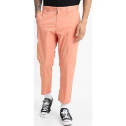 Spodnie męskie: Obey Clothing STRAGGLER LIGHT FLOODED Chinosy dusty rose