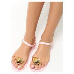 Różowe Sandały Twinkle. Czerwone sandały damskie Born2be, z kauczuku, na obcasie. Za 39,99 zł.