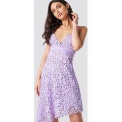 NA-KD Party Asymetryczna sukienka z koronką - Purple. Fioletowe sukienki asymetryczne marki NA-KD Party, na imprezę, w koronkowe wzory, z koronki, z asymetrycznym kołnierzem, mini. Za 121,95 zł.