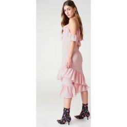 Sukienki: NA-KD Trend Sukienka z odkrytymi ramionami – Pink