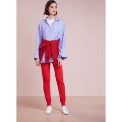DESIGNERS REMIX CASEY PANTS Spodnie treningowe rot. Białe spodnie sportowe damskie marki DESIGNERS REMIX, z elastanu, polo. W wyprzedaży za 419,50 zł.