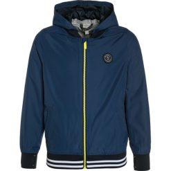 Bench Kurtka przejściowa dusky blue. Niebieskie kurtki chłopięce przejściowe marki Bench, z materiału. W wyprzedaży za 233,10 zł.