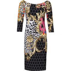 """Sukienka z dekoltem """"carmen"""" bonprix czarno-biało-jasnoróżowy. Czarne sukienki na komunię marki bonprix, na imprezę, z nadrukiem, z kołnierzem typu carmen. Za 89,99 zł."""