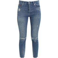 Tommy Jeans HIGH RISE IZZY Jeansy Slim Fit destroyed Denim. Szare jeansy damskie relaxed fit marki Tommy Jeans, z bawełny. W wyprzedaży za 419,30 zł.