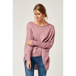 Sweter w kolorze różowym. Czerwone swetry klasyczne damskie marki SCUI, z dekoltem w łódkę. W wyprzedaży za 129,95 zł.