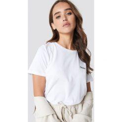 NA-KD T-shirt basic z haftem Darlin - White. Białe t-shirty damskie NA-KD, z haftami, z bawełny. Za 72,95 zł.