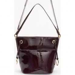 Lakierowana torebka z odpinanym paskiem - Bordowy. Czerwone torebki klasyczne damskie Reserved, z lakierowanej skóry, lakierowane. Za 129,99 zł.