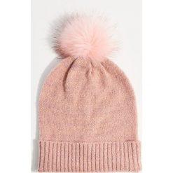 Czapka z pomponem - Różowy. Czerwone czapki zimowe damskie Mohito. Za 39,99 zł.