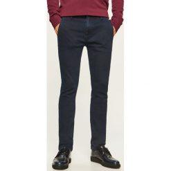 Jeansy chino slim fit - Niebieski. Niebieskie jeansy męskie relaxed fit Reserved. Za 89,99 zł.