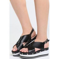 Czarne Sandały Smitten. Czarne sandały damskie marki Born2be, z materiału, na koturnie. Za 99,99 zł.