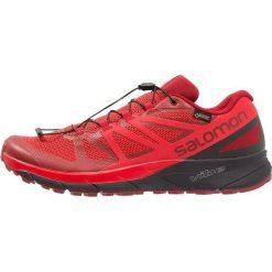 Salomon SENSE RIDE GTX INVISIBLE FIT Obuwie do biegania Szlak red dahlia. Czerwone buty do biegania męskie marki Salomon, z gumy. Za 739,00 zł.