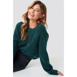 Linn Ahlborg x NA-KD Sweter z kopertowym tyłem - Green. Szare swetry klasyczne damskie marki Sinsay, l, z dekoltem na plecach. Za 161,95 zł.