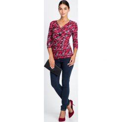 Bluzki damskie: Czerwona kopertowa bluzka we wzory  QUIOSQUE