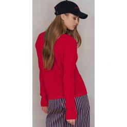 Swetry oversize damskie: Josefin Ekström for NA-KD Sweter z głębokim dekoltem V – Red
