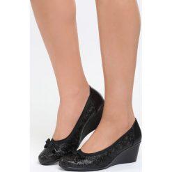 Czarne Koturny Find Someone. Czarne buty ślubne damskie marki Kazar, z materiału, na wysokim obcasie, na koturnie. Za 59,99 zł.