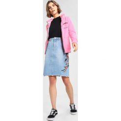 Superdry APPLIQUE ZIPHOOD Bluza rozpinana fluro pink. Szare bluzy rozpinane damskie marki Superdry, l, z nadrukiem, z bawełny, z okrągłym kołnierzem. Za 379,00 zł.