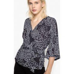 Bluzki damskie: Bluzka kopertowa wiązana w talii z nadrukiem w kwiaty